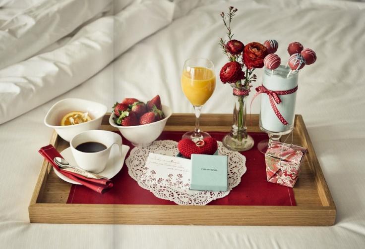 d87bd3aec إذا كنت في المنزل ، فكر في بداية هذا اليوم الرائع مقدمًا. استيقظ قبل زوجتك  ، هرب واشتري باقة من الزهور. بعد ذلك ، قم بإعداد وجبة فطور رومانسية صغيرة.